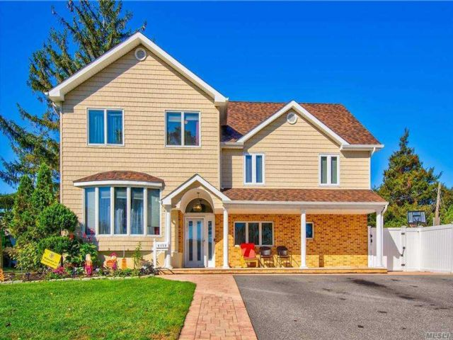 6 BR,  3.00 BTH  Split level style home in Wantagh
