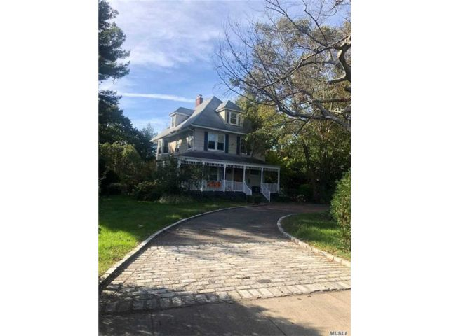 4 BR,  4.00 BTH Victorian style home in Amityville