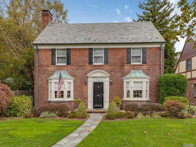 3 BR,  3.00 BTH Colonial style home in Rockville Centre