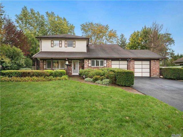 4 BR,  3.00 BTH  Splanch style home in Commack