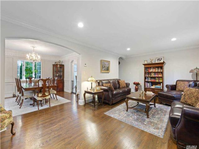 3 BR,  3.00 BTH  Colonial style home in Manhasset