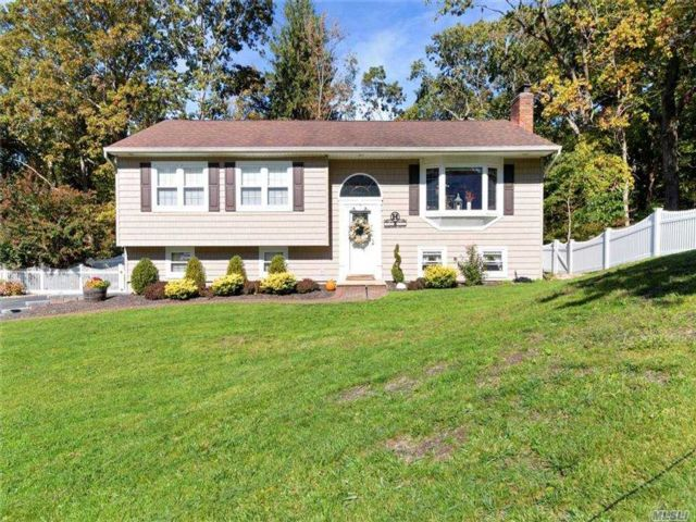 3 BR,  2.00 BTH  Hi ranch style home in East Northport