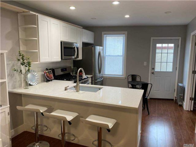 8 BR,  3.00 BTH Other style home in Glendale