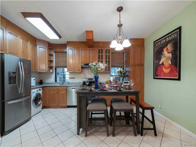 3 BR,  1.00 BTH  Mid rise style home in Astoria