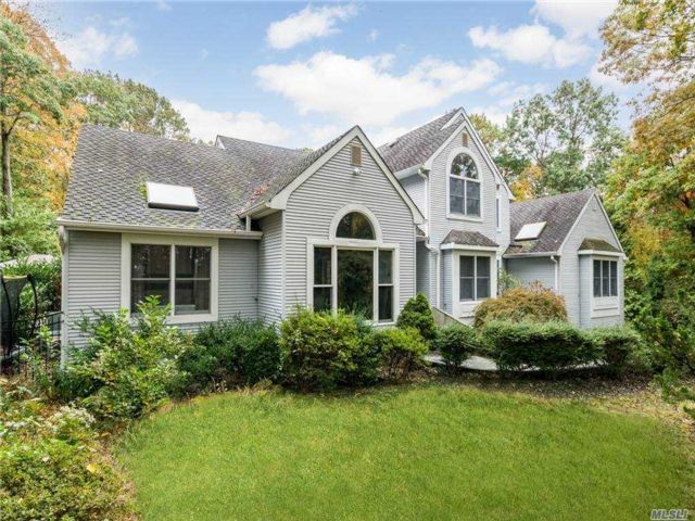 5 BR,  4.00 BTH  Colonial style home in South Huntington