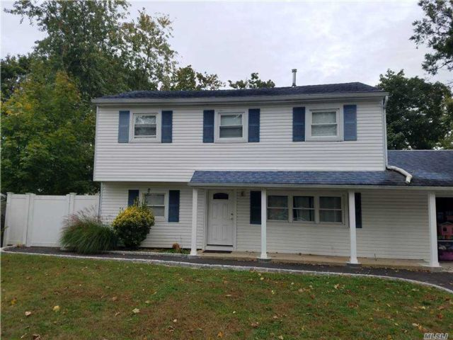 3 BR,  2.00 BTH  Split level style home in Port Jefferson Station