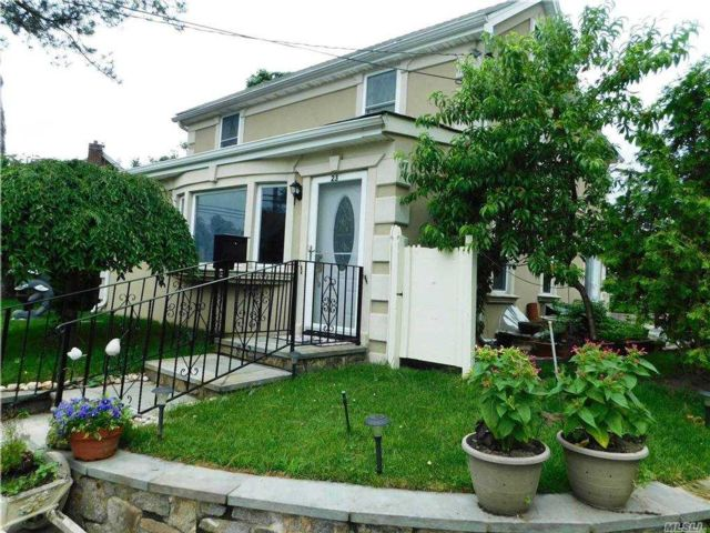 3 BR,  2.00 BTH Colonial style home in Port Washington