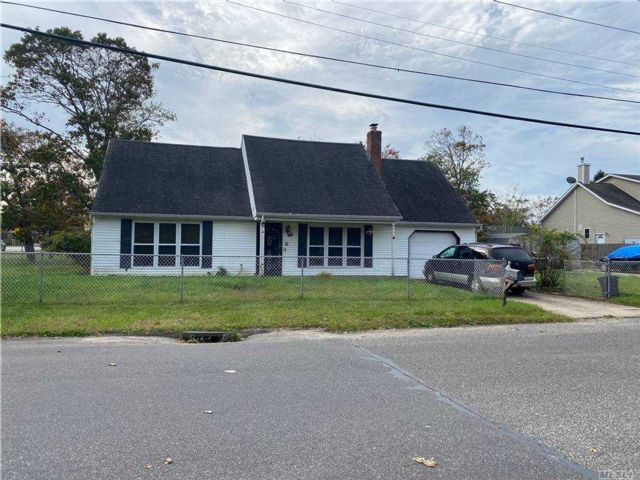 5 BR,  2.00 BTH Cape style home in Shirley
