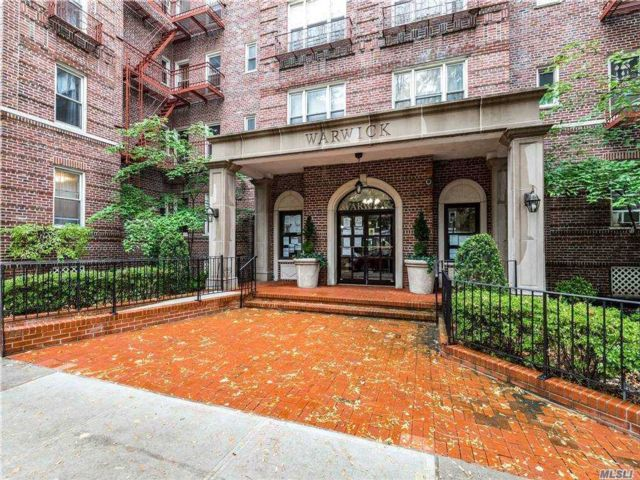 2 BR,  2.00 BTH  Mid rise style home in Jackson Heights