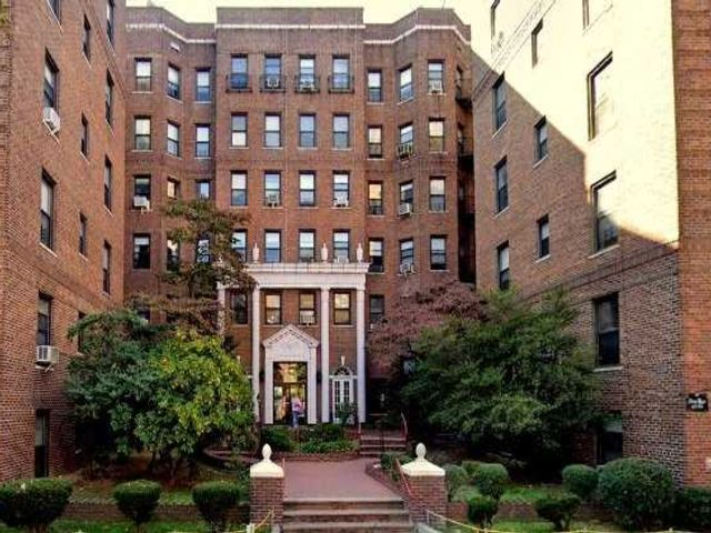 2 BR,  2.00 BTH  Other style home in Forest Hills