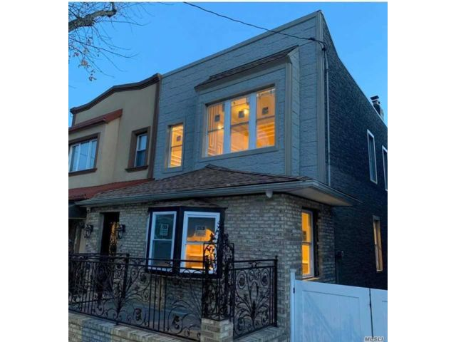 8 BR,  4.00 BTH  2 story style home in Middle Village