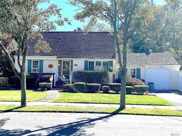 4 BR,  3.00 BTH Exp cape style home in Massapequa Park