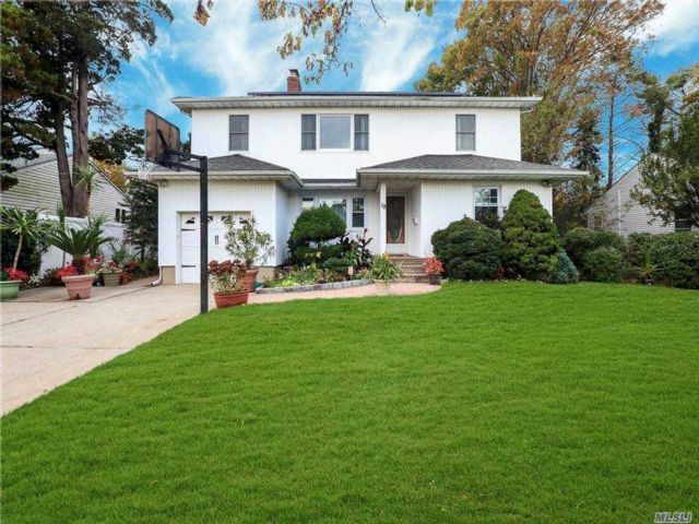 5 BR,  3.00 BTH Colonial style home in Syosset