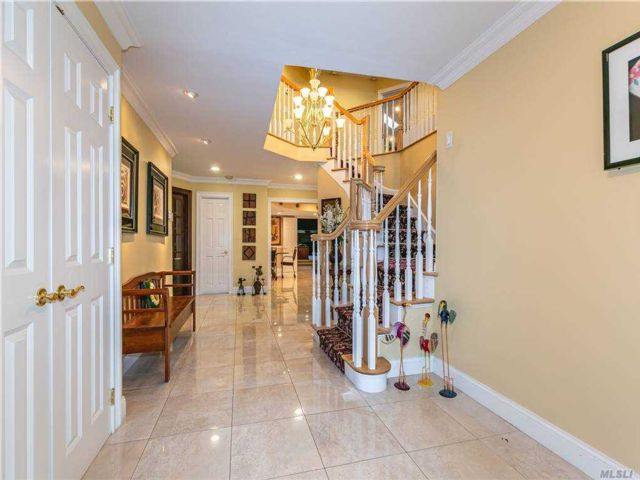 4 BR,  8.00 BTH Colonial style home in Dix Hills