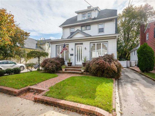3 BR,  2.00 BTH  Colonial style home in Lynbrook