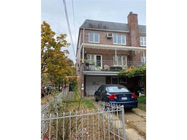 5 BR,  3.00 BTH Semi detached style home in Middle Village