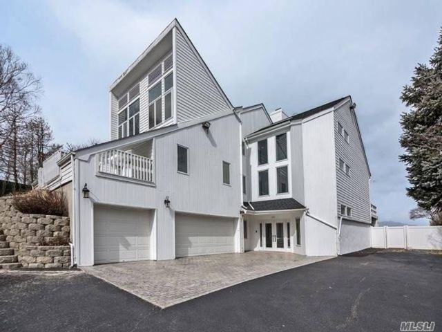 5 BR,  4.00 BTH Contemporary style home in Miller Place
