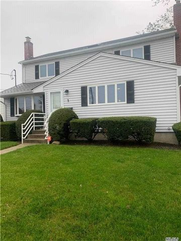 4 BR,  2.00 BTH 2 story style home in Amity Harbor