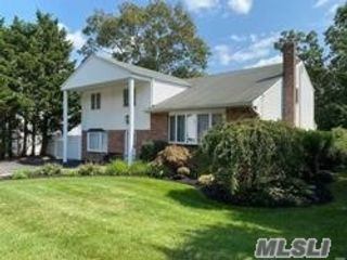 5 BR,  3.00 BTH  Colonial style home in Selden