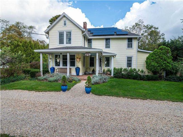 3 BR,  2.00 BTH Colonial style home in Brookhaven