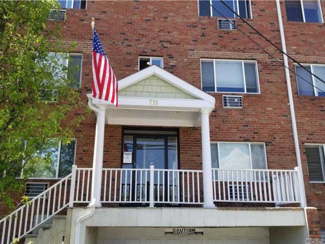 1 BR,  1.00 BTH  Apt in bldg style home in Williston Park