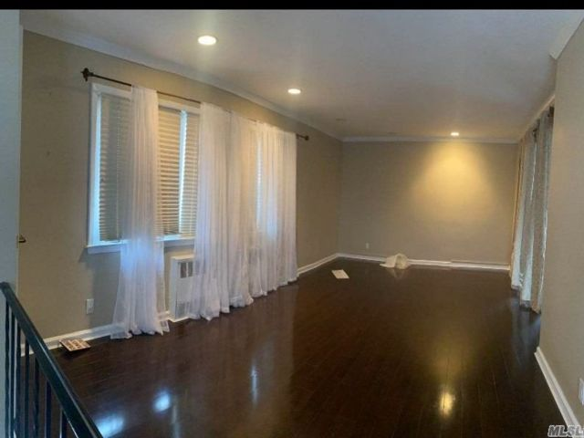 4 BR,  2.00 BTH  Apt in bldg style home in Flushing