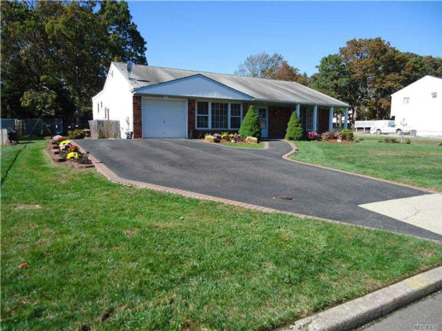 4 BR,  3.00 BTH Split ranch style home in Patchogue