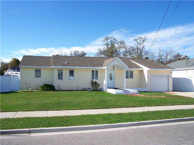 4 BR,  3.00 BTH Ranch style home in Seaford