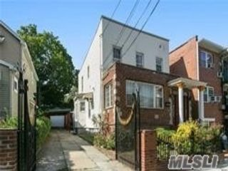6 BR,  4.00 BTH Colonial style home in Middle Village