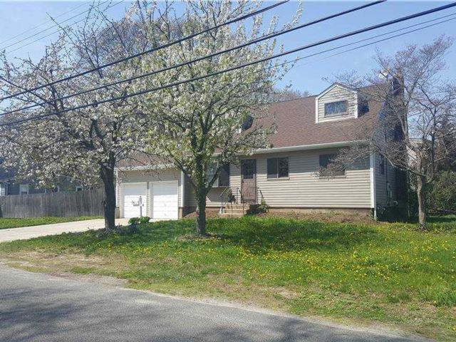 5 BR,  2.00 BTH Exp cape style home in Bay Shore