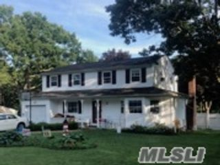 4 BR,  4.00 BTH Colonial style home in Farmingville