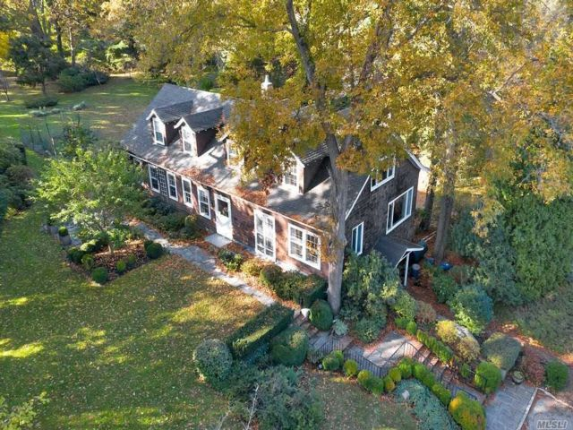 5 BR,  4.00 BTH Colonial style home in Cold Spring Harbor