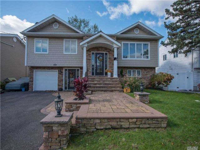 5 BR,  4.00 BTH Hi ranch style home in Merrick