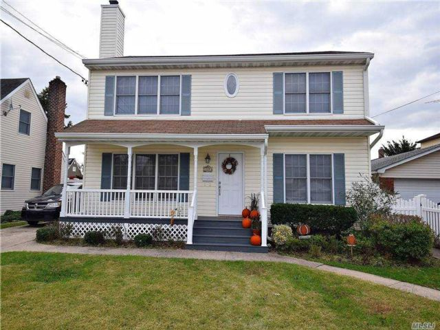 4 BR,  4.00 BTH Colonial style home in Mineola