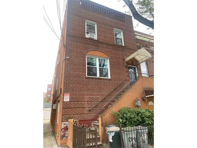 7 BR,  3.00 BTH  Semi detached style home in Astoria