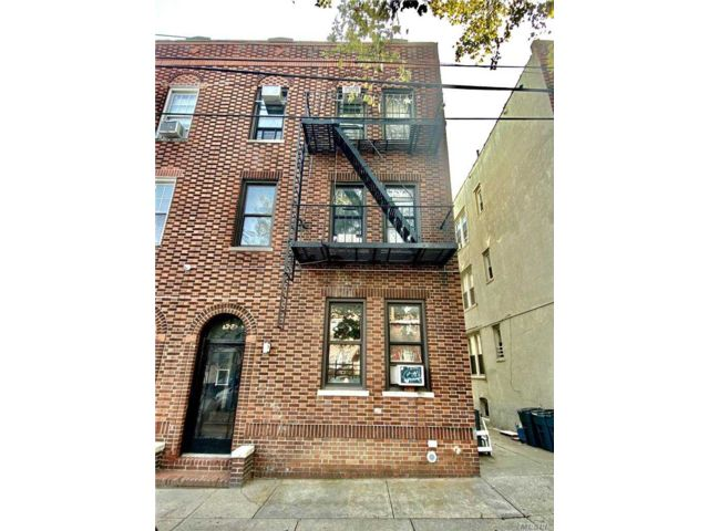 11 BR,  6.00 BTH Colonial style home in Woodside