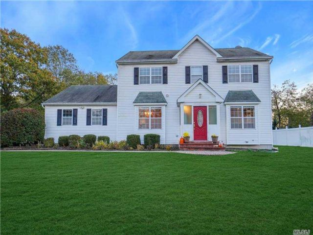 4 BR,  3.00 BTH Colonial style home in Lake Ronkonkoma