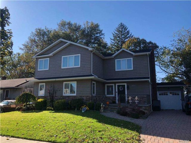 6 BR,  3.00 BTH Colonial style home in West Hempstead