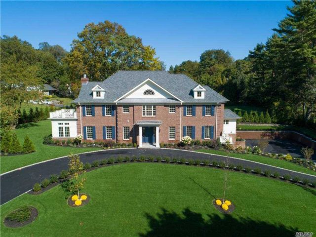 7 BR,  8.00 BTH Colonial style home in Great Neck