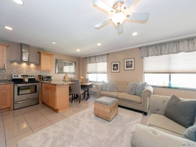 3 BR,  3.00 BTH Townhouse style home in Long Beach