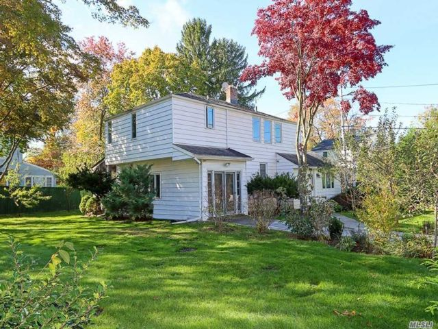 4 BR,  3.00 BTH Colonial style home in Roslyn Heights