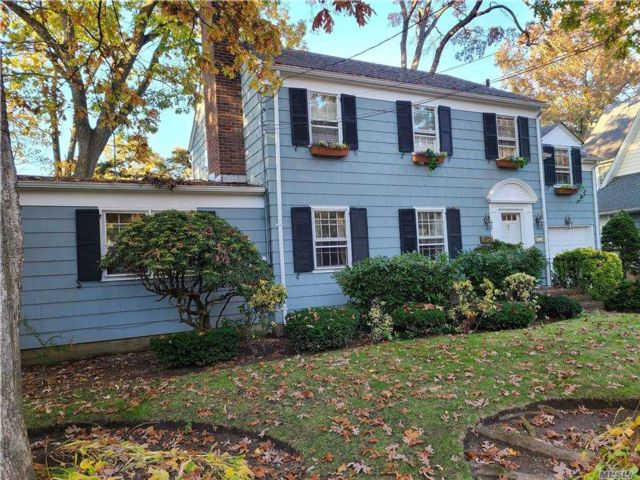 3 BR,  3.00 BTH Colonial style home in Merrick