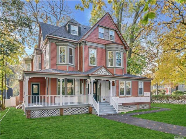 7 BR,  4.00 BTH Victorian style home in Roslyn Heights