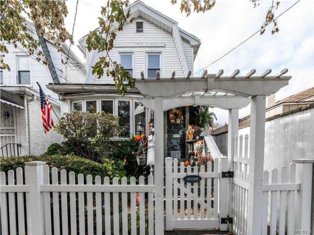 3 BR,  3.00 BTH 2 story style home in Woodhaven