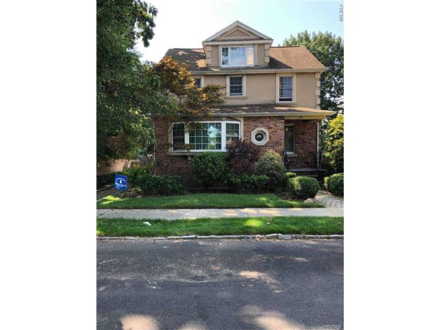 2 BR,  1.00 BTH Exp cape style home in Roslyn Heights