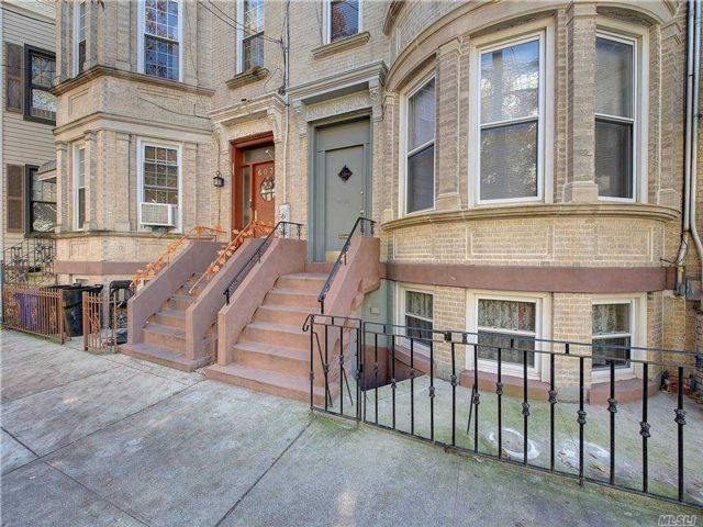 5 BR,  3.00 BTH Townhouse style home in Ridgewood