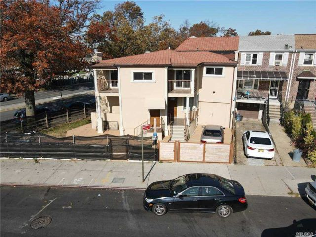 4 BR,  4.00 BTH  Contemporary style home in Flushing