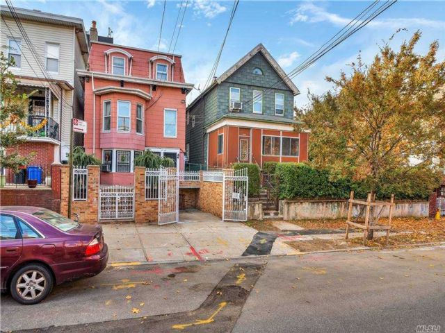 4 BR,  4.00 BTH Colonial style home in Woodside