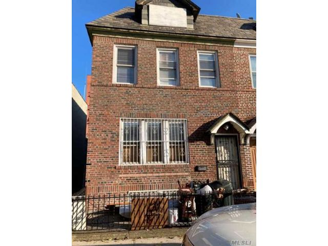 6 BR,  2.00 BTH Colonial style home in Woodside