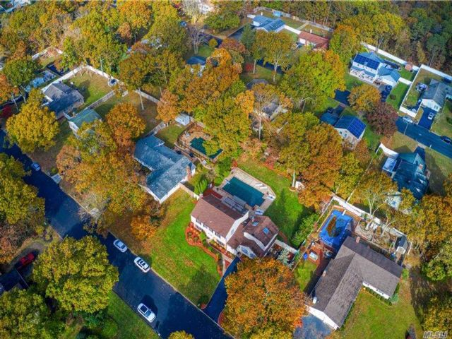 5 BR,  4.00 BTH Colonial style home in Coram